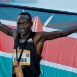 Kibiwott Kandie recordista da meia maratona a celebrar com a bandeira Quenia!