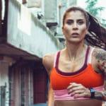 Atleta feminina a treinar à frente de um atleta masculino!
